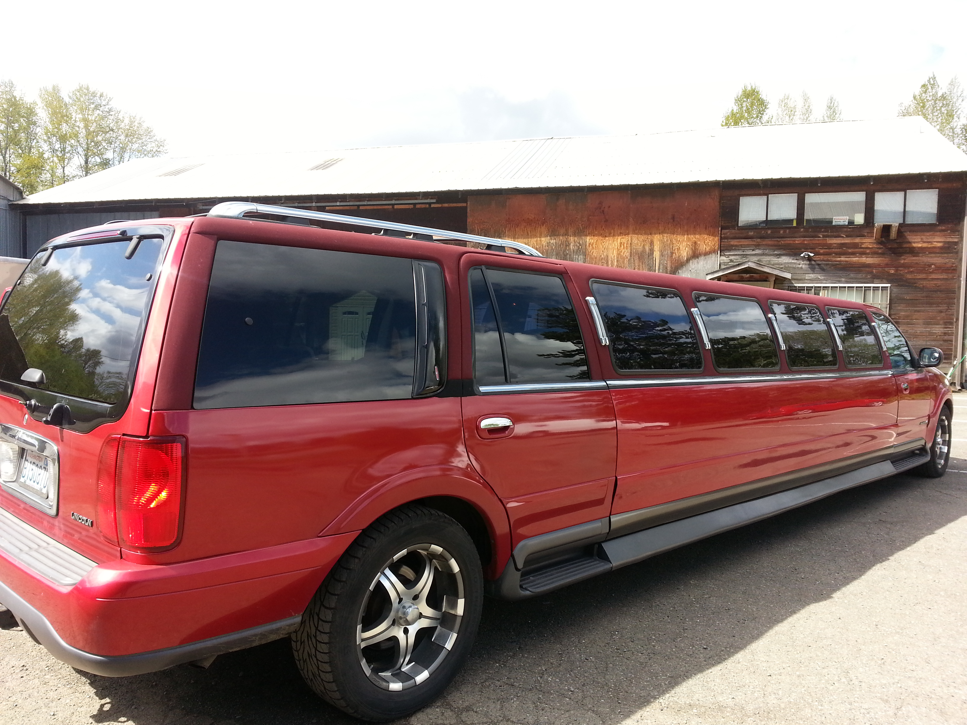 16 passenger stretched suv limo red romeo cordial limousine and car service seattlecordial. Black Bedroom Furniture Sets. Home Design Ideas